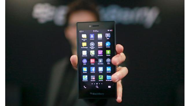 El nuevo BlackBerry Leap integra una pantalla de 5 pulgadas completamente táctil, sistema operativo BlackBerry 10.3.1, batería de larga duración y teclado virtual para optimizar la productividad. Ingram Micro será uno de los primeros mayoristas en comercializar el terminal. BlackBerry ha acudido al Mobile World Congress con todo un arsenal de novedades. La última en ver la luz ha sido el nuevo BlackBerry Leap, un smartphone completamente táctil para redes 4G LTE, cuyo diseño y prestaciones lo hacen idóneo para profesionales y compañías que valoran la seguridad y la privacidad mientras disfrutan de la máxima productividad. Equipado con una pantalla