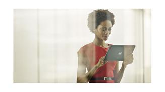 Usuaria con un tablet Dell